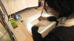 動きを確かめるため、前に描いた絵とめくって比べながら絵を描きます。