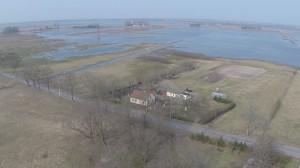 春洪水で水浸しの牧草地